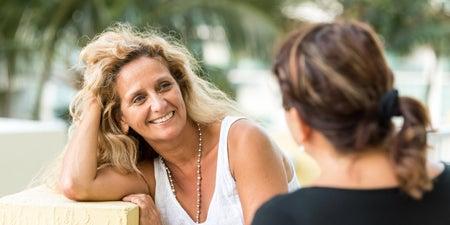 Zwei Frauen sprechen