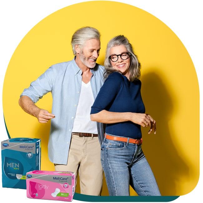 Couple heureux et produits pour l'incontinence