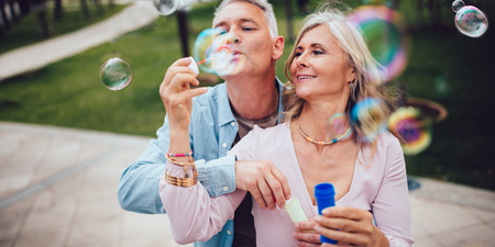 La femme et le mari font des bulles