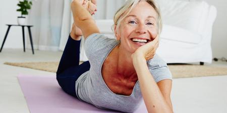 Frau macht Beckenboden Übungen