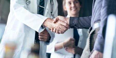 Un homme serre la main d'un médecin