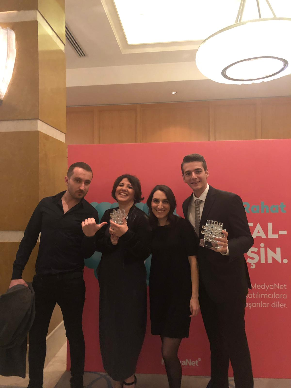 2530c08a34023 Bu yıl 9.su düzenlenen MIXX Awards Türkiye ödül töreninde Vizeum ekibi,  müşterimiz Pegasus'un dijital dönüşümü ile ilgili yaptığı lansman  kampanyası ve ...