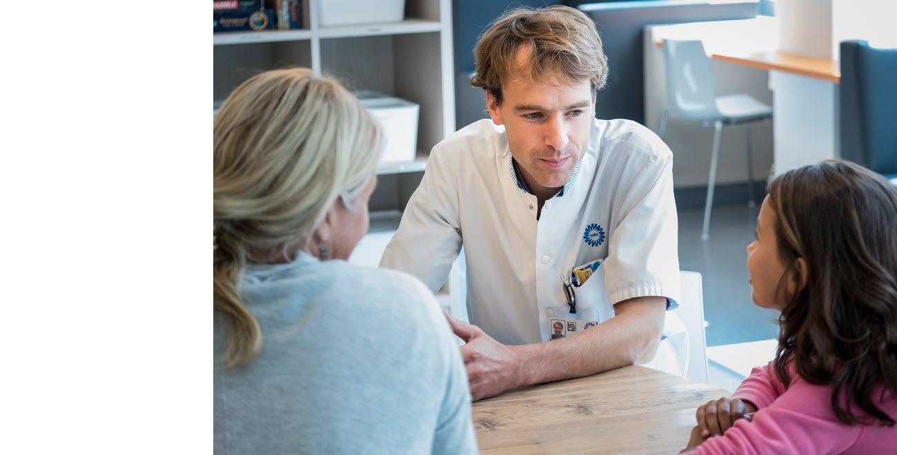 arts in gesprek met moeder en kind