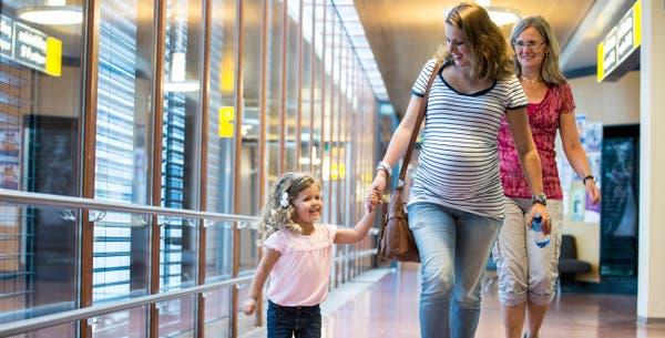 Zwangere vrouw met kind