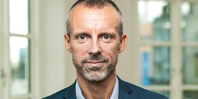43-årige Ulrik Petersen er Dentsu Aegis Network Danmarks nye CEO. Ulrik startede som Managing Director for Dentsu Aegis Network Aarhus i 2011. I 2016 blev han tildelt det kommercielle ansvar for Dentsu Aegis Network Danmark i kraft af rollen som CCO. I en periode havde Ulrik også ansvaret for Carat Danmark.  I sine år hos Dentsu Aegis Network har Ulrik drevet og vundet en række nationale og internationale kunder og vækstet forretningen. Derudover var Ulrik i 2016 en drivende faktor i opkøbet af Magnetix (i dag isobar).  Lars Bo Jeppesen, dansk bestyrelsesformand for Dentsu Aegis Network og CEO for Norden og Central- og Østeuropa, fortæller, at han i sin udnævnelse af Ulrik lagde stor vægt på Ulriks evne til at lægge en langsigtet strategi og få sine medarbejdere til at følge planen med passion og begejstring. Ulriks evne til at forene kommercielle resultater med en stærk kultur er det, der gør ham til den rette i stillingen som CEO for Dentsu Aegis Network Danmark