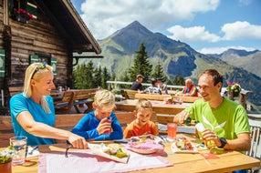 Familie-wandert-auf-der-Mitterastenalm-Rauris © SalzburgerLand-Tourismus