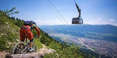 Nordkettenbahn-mit-Blick-auf-Innsbruck-Mountainbike-Singletrail © Innsbruck-Tourismus Foto Tommy Bause