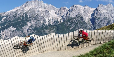 Mountainbike-Abfahrt-ueber-den-Flying-Gangster-Bikepark-Leogang © Oesterreich-Werbung Foto Martin Steinthaler-TineFoto