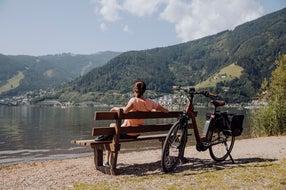 Radfahren-E-biken-am-Ufer-des-Zeller-See © Oesterreich-Werbung Foto thecreatingclick.com