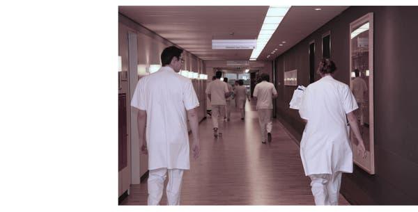 Lopende artsen in gang