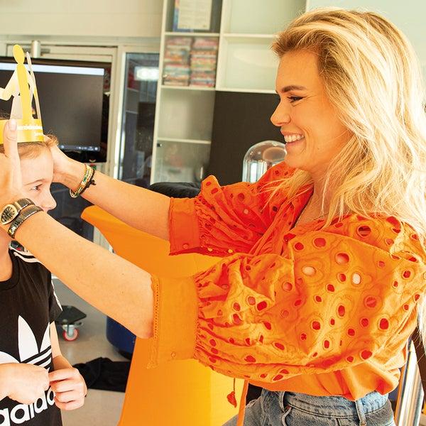 Nicolette van Dam kroont een patiëntje