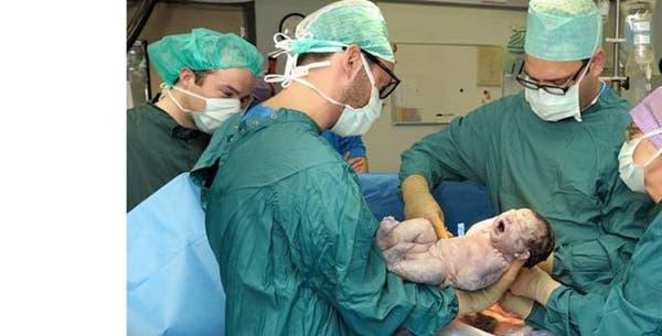 Gynaecoloog met pasgeboren baby