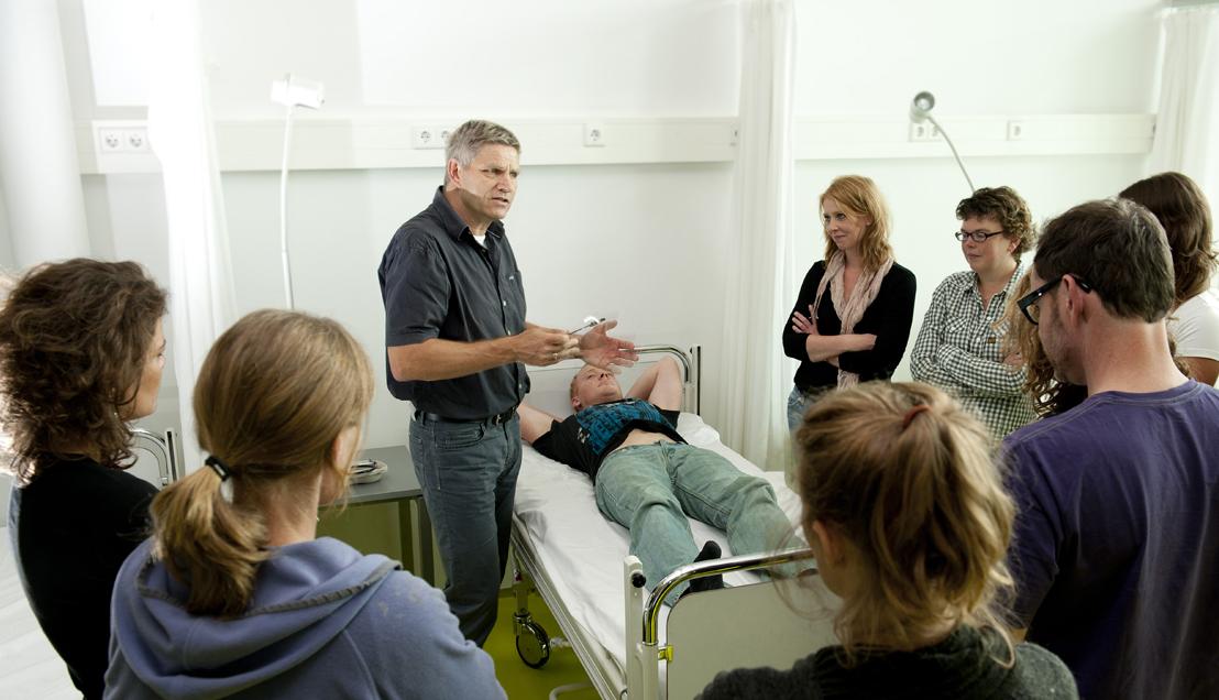 Docent geeft les in praktijklokaal