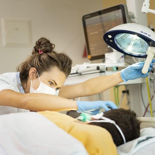 verpleegkundige aan IC bed bij patiënt