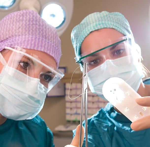 Zorgprofessionals aan het werk in de operatiekamer
