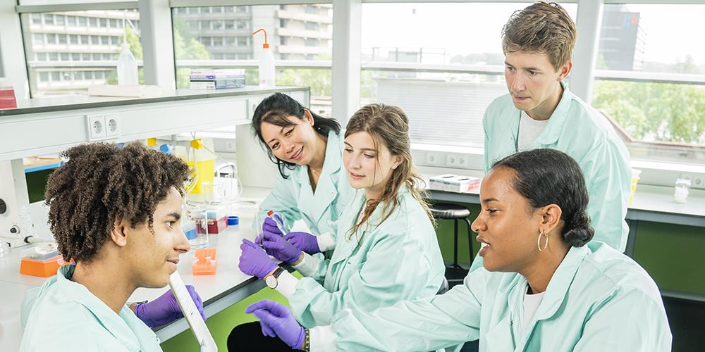 Diverse groep studenten Biodische wetenschappen in het laboratorium