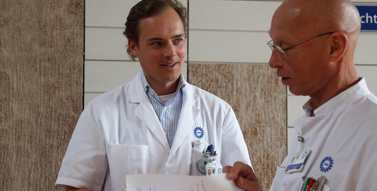 Twee dokters aan het praten