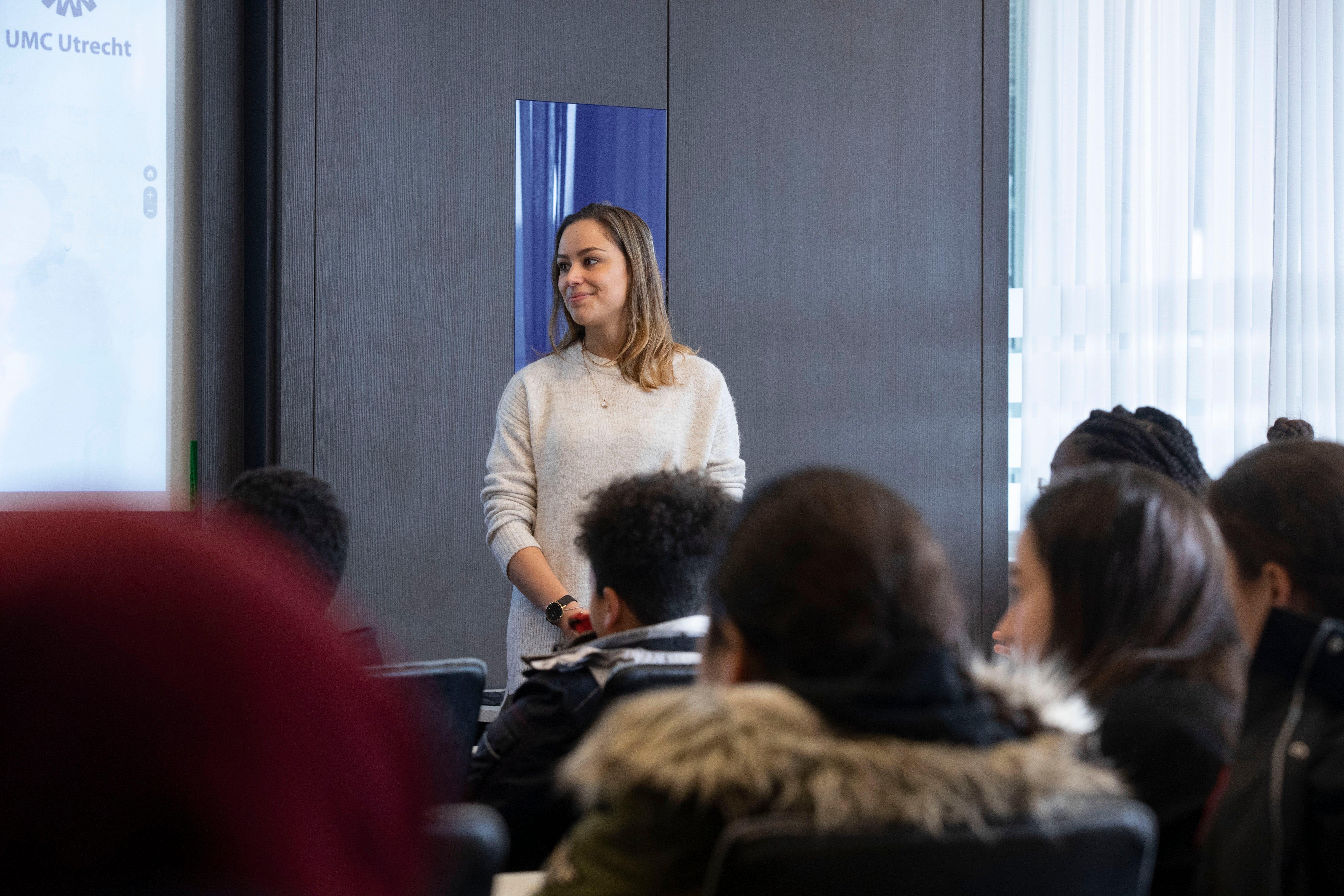 Medewerker geeft voorlichting aan groep van weekendschool