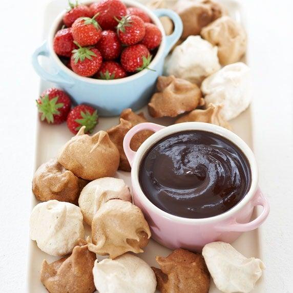 Mini meringue with chocolate fondue