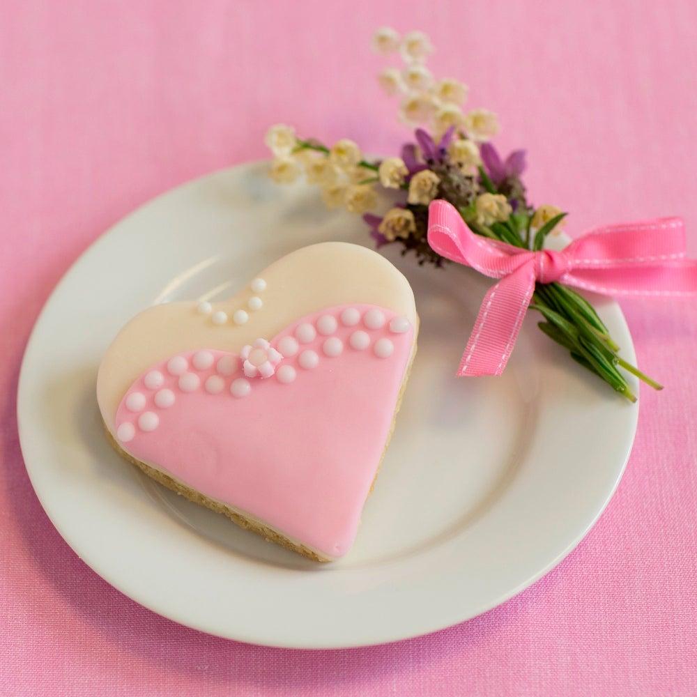 1-Heart-wedding-biscuit-web.jpg