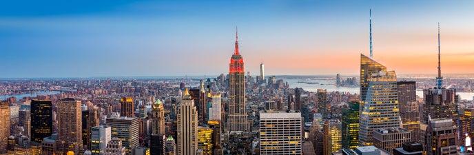 Das Empire State Building in New York City leuchtet rot für den Kampf gegen Blutkrebs