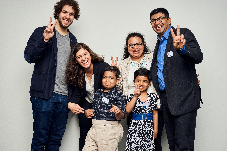 Sita mit ihrem Freund (l.) sowie Maheer und seiner Familie
