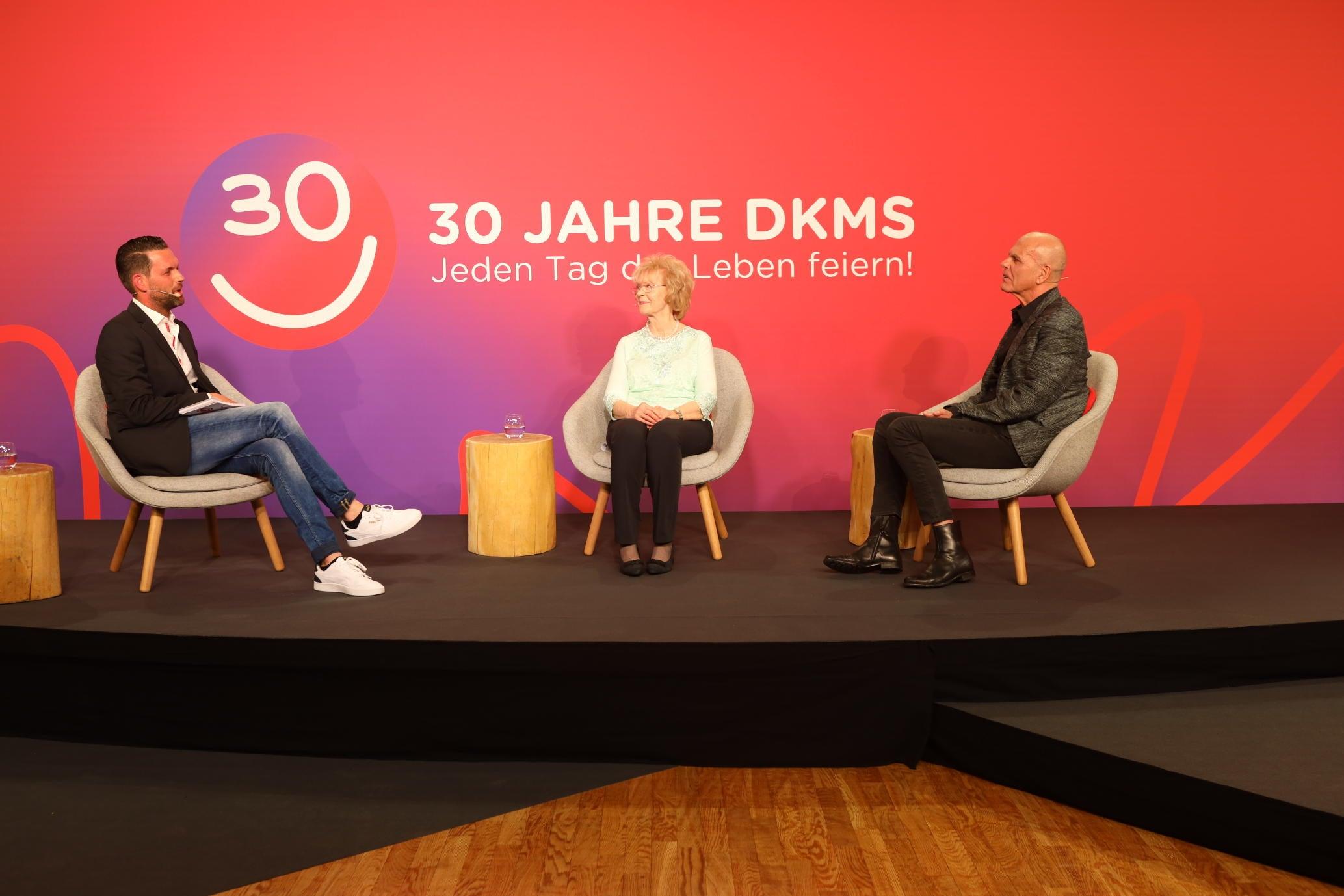 Moderator Matthias Killing mit Brigitta Jene und DKMS Gründer Dr. Peter Harf