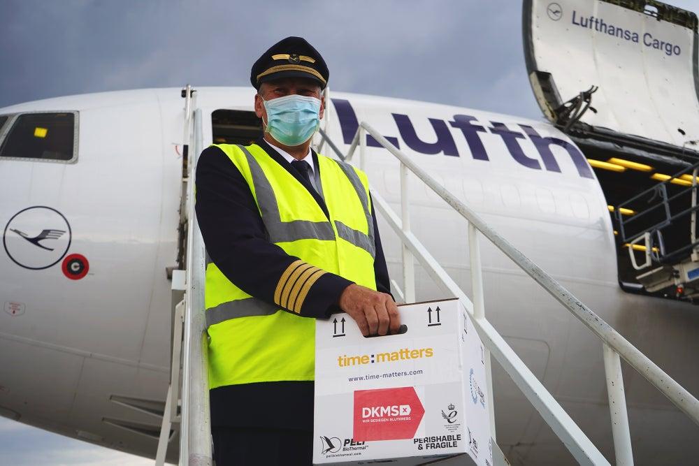 Flugkapitän Andreas Quirini nimmt die Lebenschance an Bord
