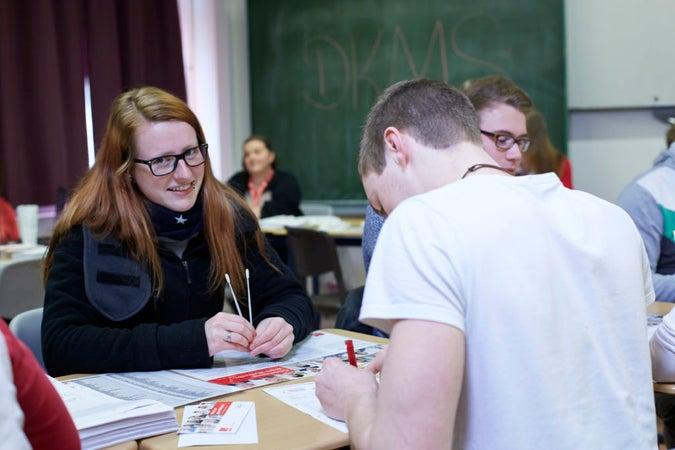 Schülerin bei der Registrierung