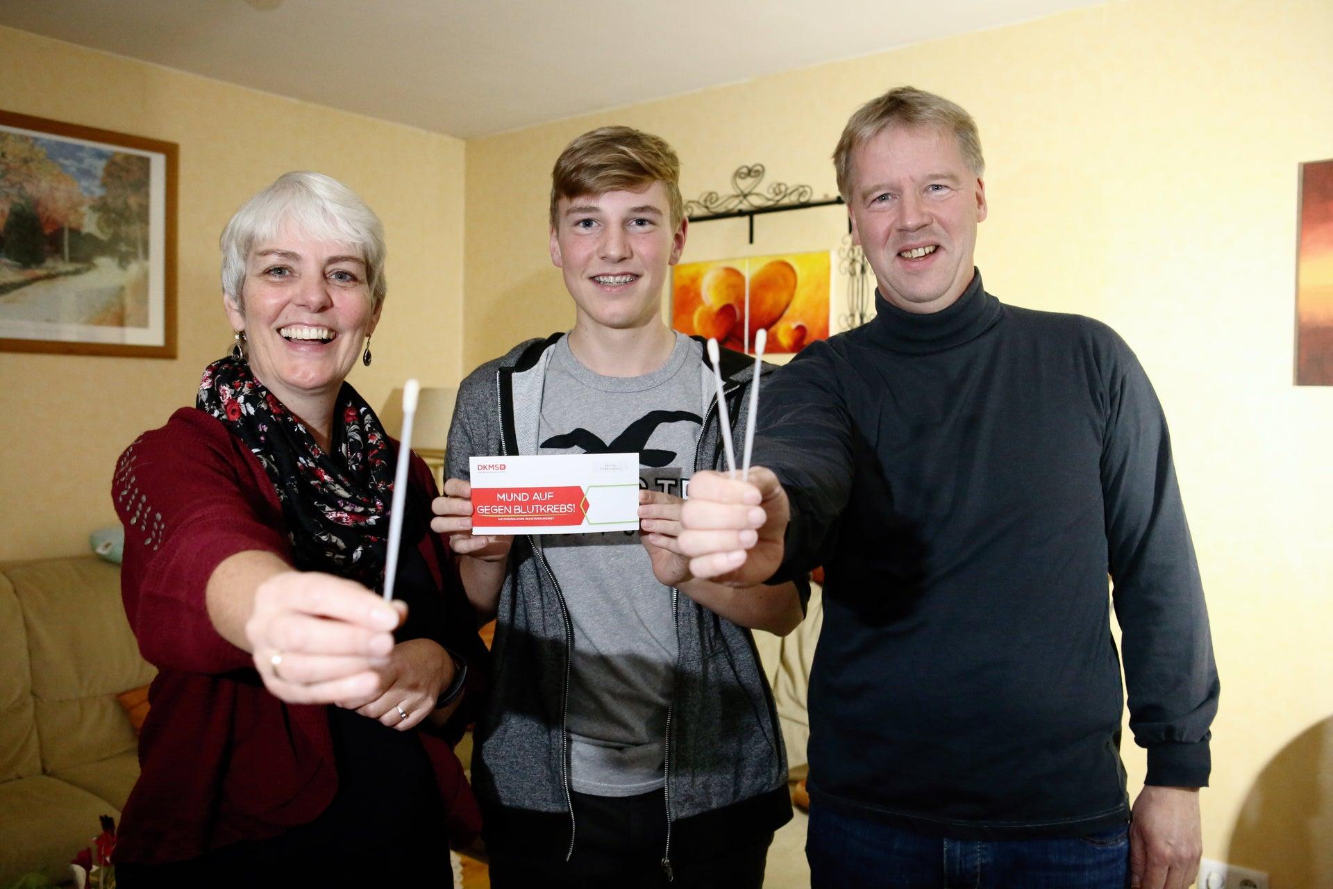 Der geheilte Blutkrebspatient Mathies mit seiner Mutter Simone und seinem Vater Gunnar