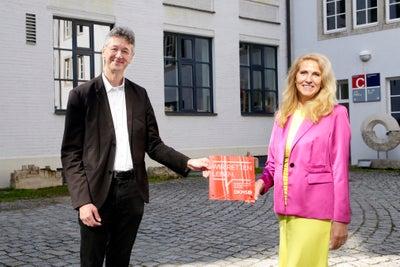 DKMS Geschäftsführerin Dr. Elke Neujahr und der Bayerische Staatsminister für Unterricht und Kultus, Prof. Dr. Michael Piazolo mit dem DKMS Schulsiegel