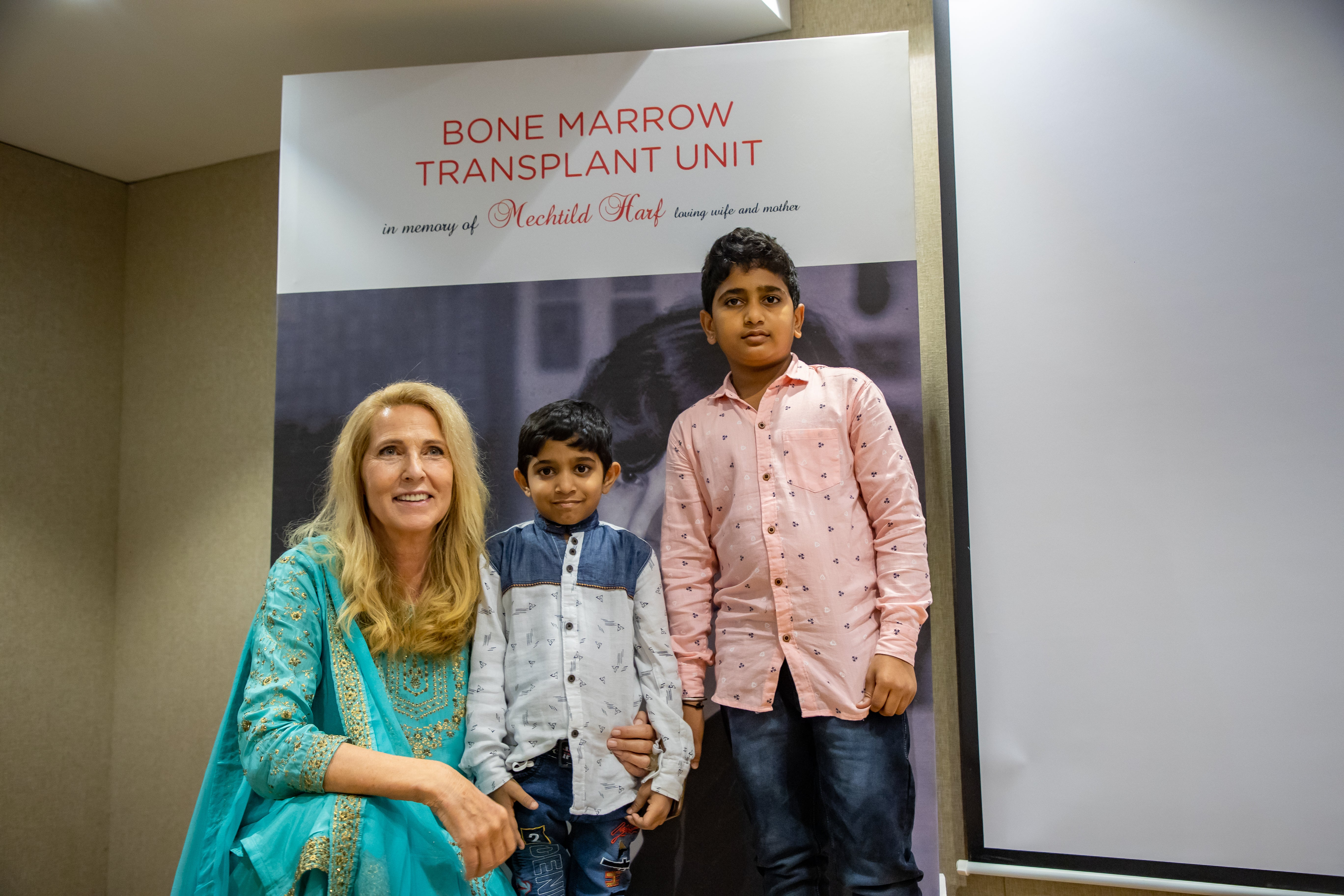 Elke Neujahr mit Patient Srinidhi und seinem Bruder