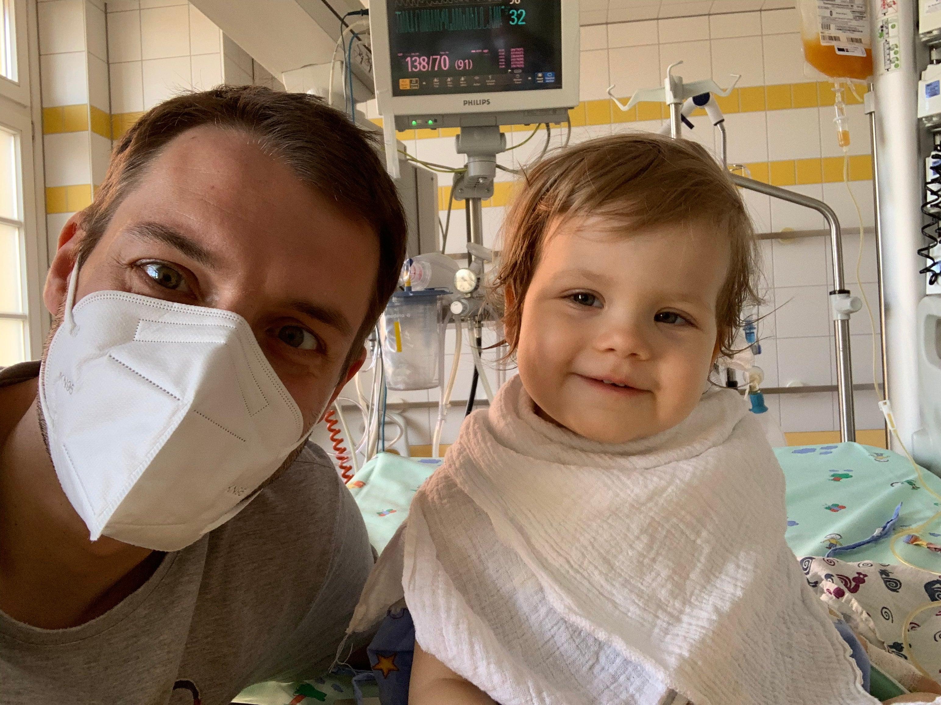 Papa Carsten mit Tess im Krankenhaus