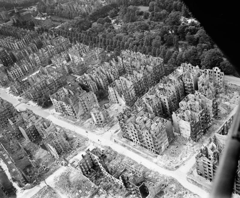 A black and white photo of Hamburg from above, after much of its housing has been bombed and is in ruins