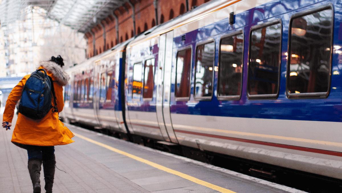 Chiltern Railway train at Marylebone station. Photo by Chris Wade on Unsplash