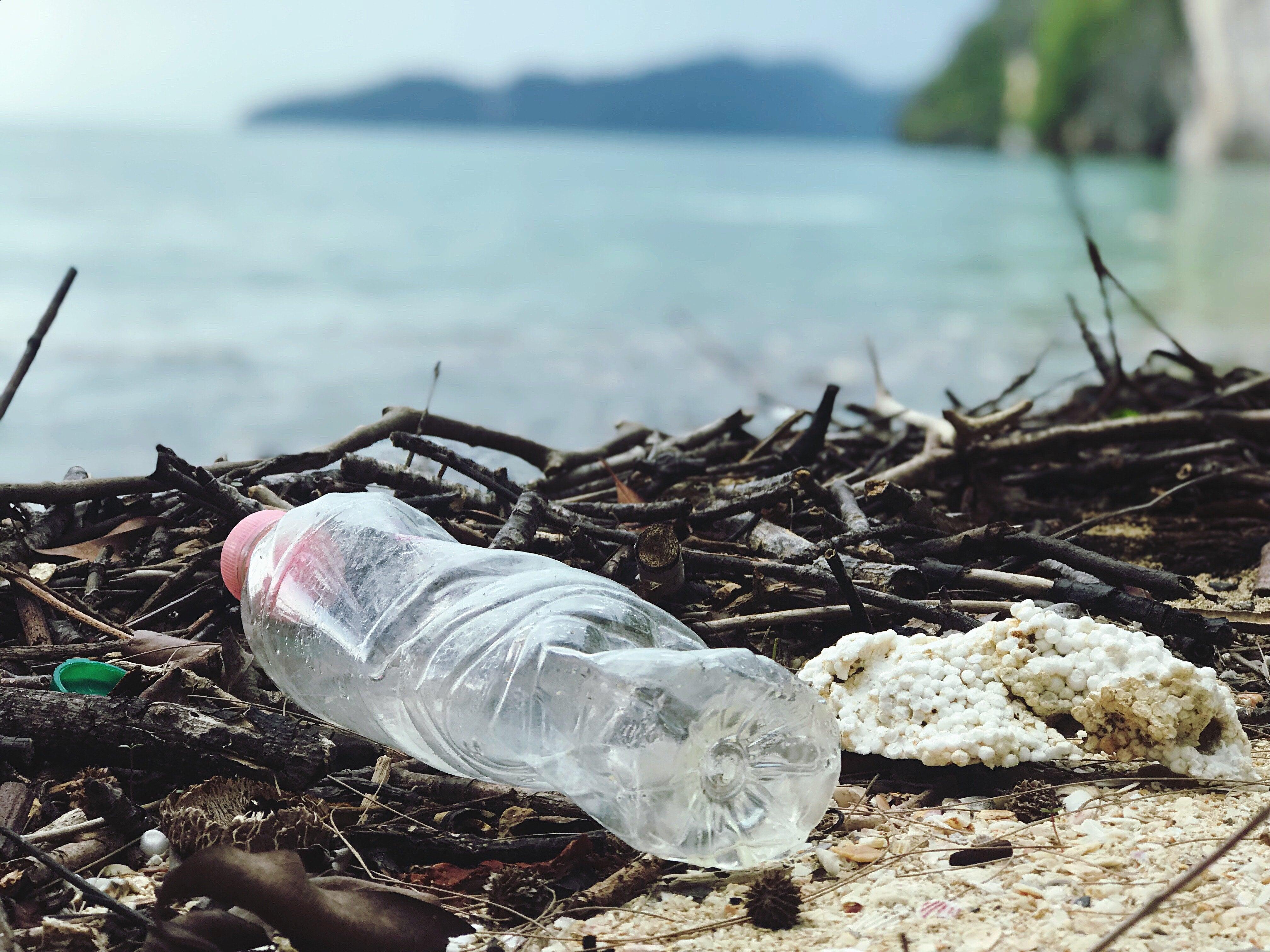 plastikkflaske som forurenser havet