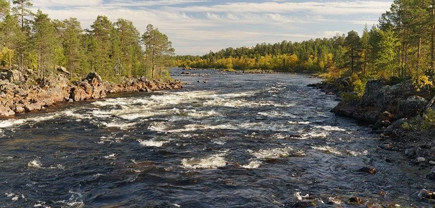 Sabatikl Tondy Moravce - koryto řeky s výhledem do krajiny