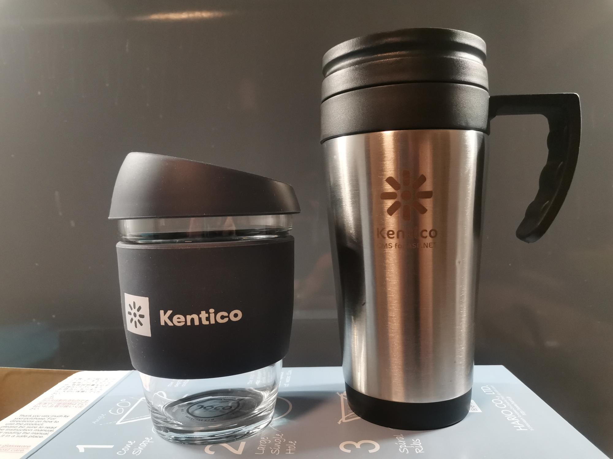 10 let s Kentico – hrnek vpravo za certifikaci v roce 2011, z moderního keep cupu (vlevo) pije kafe dnes.