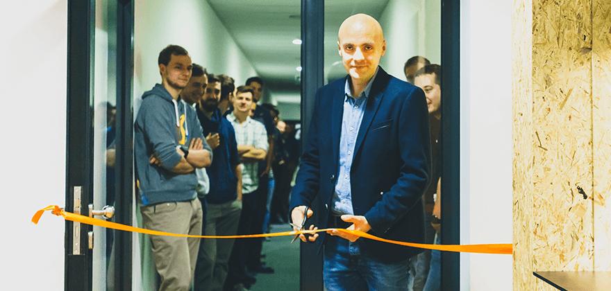 CEO Petr Palas přestřihuje pásku. Málokdo ví, že to byl právě on, kdo před lety přišel s nápadem týmových kanceláří.