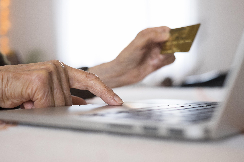 Iäkkäämpi henkilö tekee ostoksensa verkossa