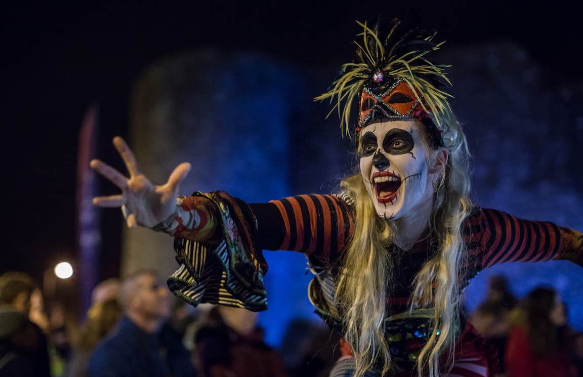 A performer in halloween costume at Púca