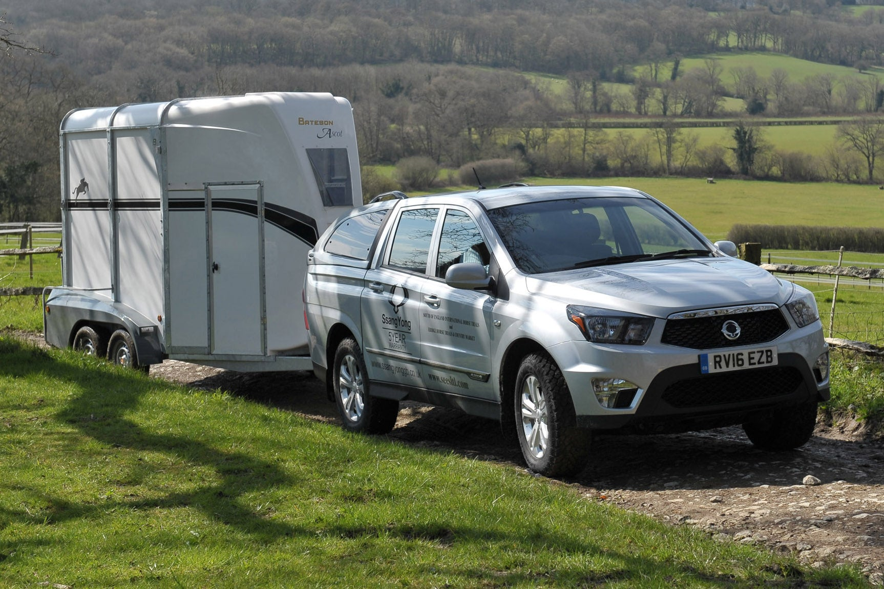 SsangYong Musso towing horsebox trailer