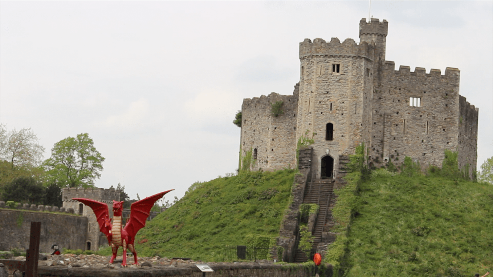 Dragon statue in front of Cardiff Castle