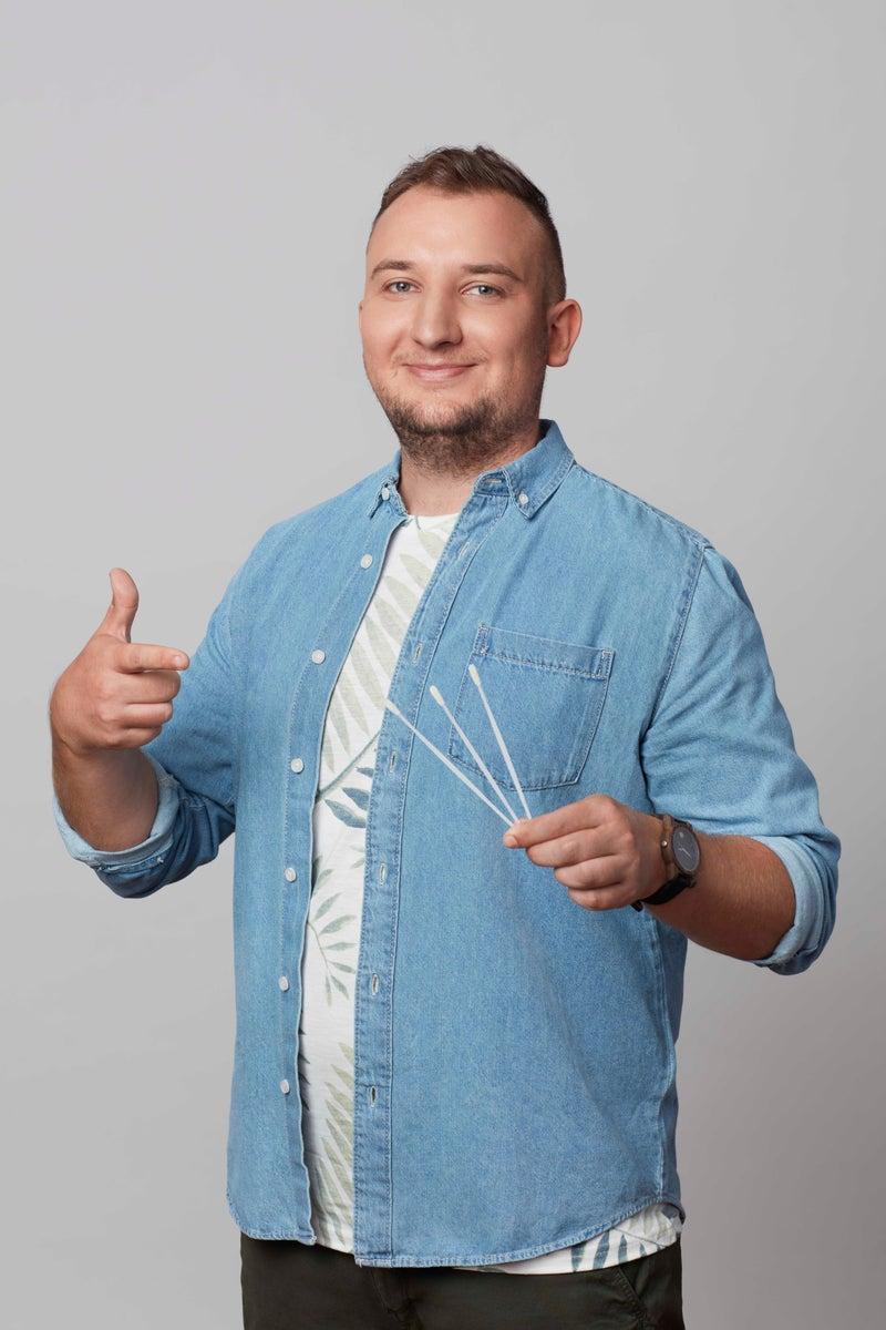 Dawca szpiku z pałeczkami do pobrania wymazu