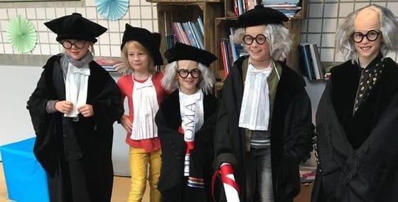 Kinderen als hoogleraar verkleed