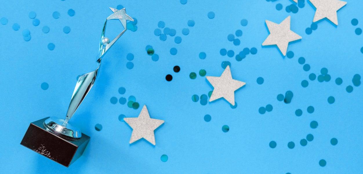 Prijs tegen blauwe achtergrond met sterren