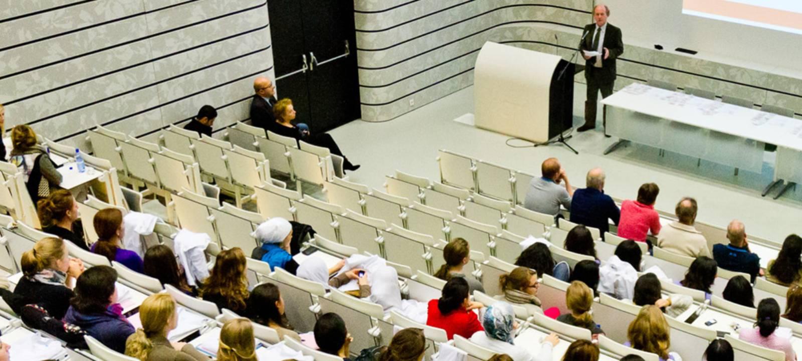 Studenten in een grote collegezaal
